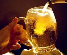 Как правильно наливать пиво из бутылки в бокал без пены