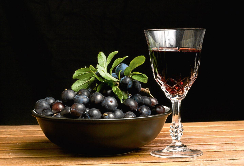 Водка с красной и черноплодной рябиной