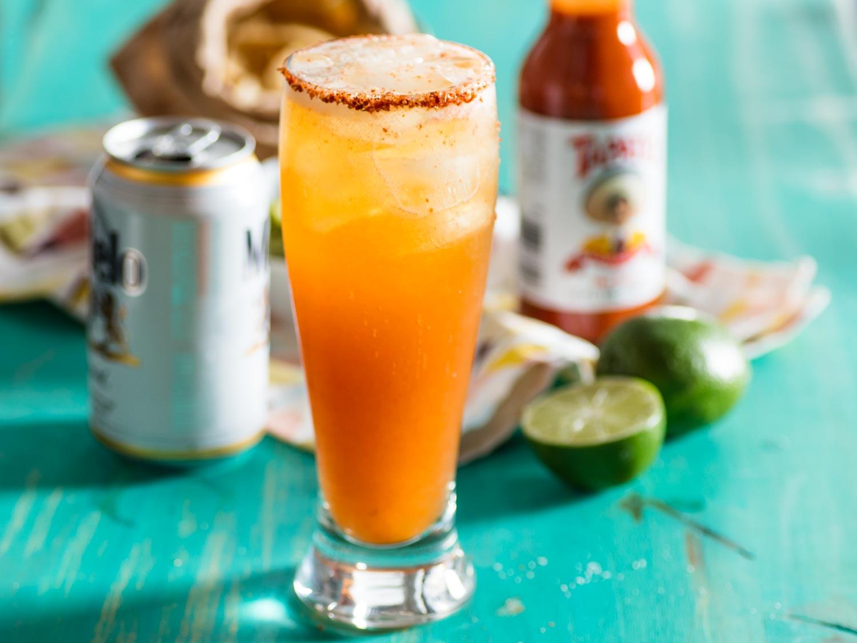 Лаймово-пивной коктейль с перцем Чили