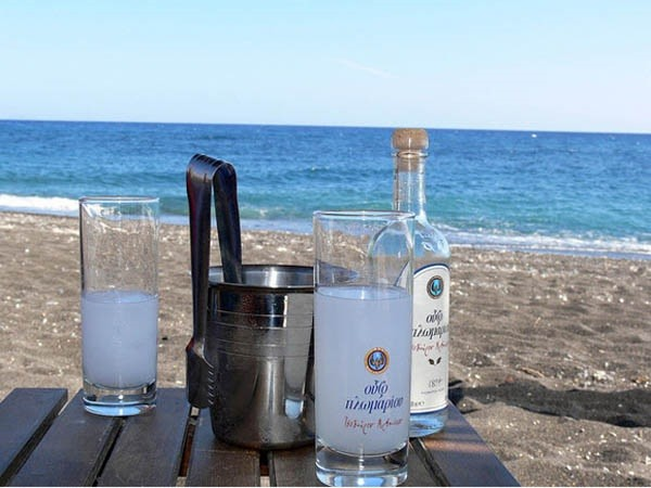 Как пить водку «Узо»