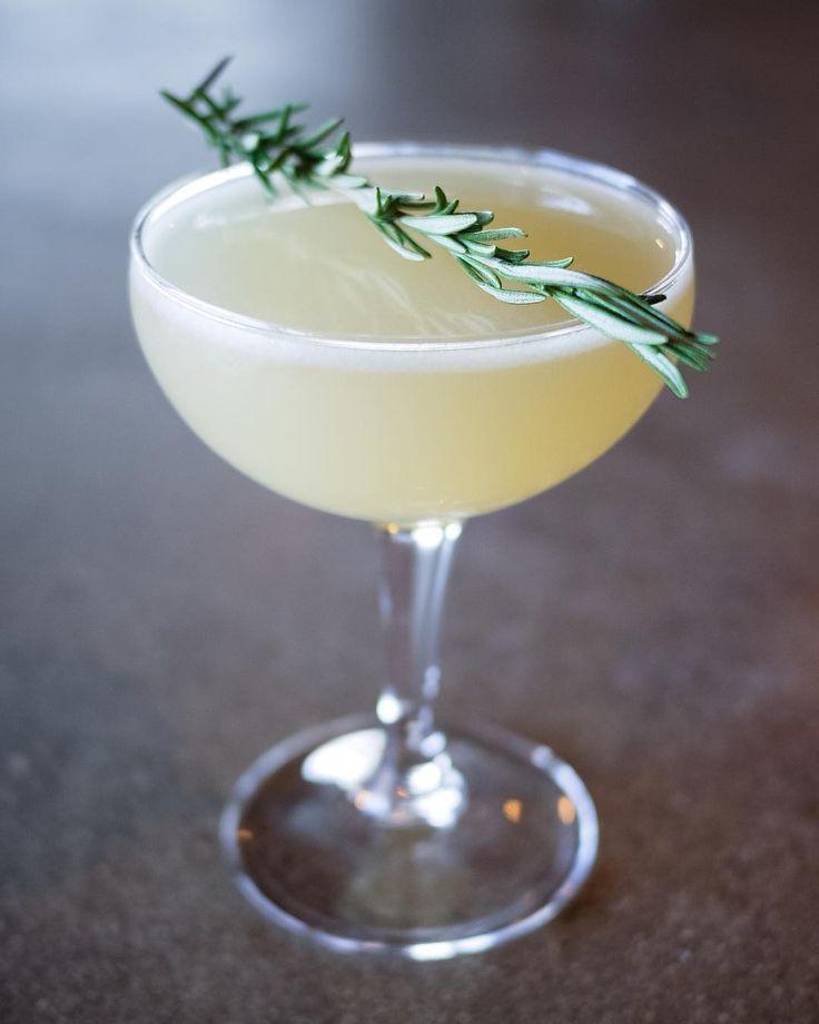 Коктейль розмариново-лимонный леденец (Rosemary Lemon Drop)