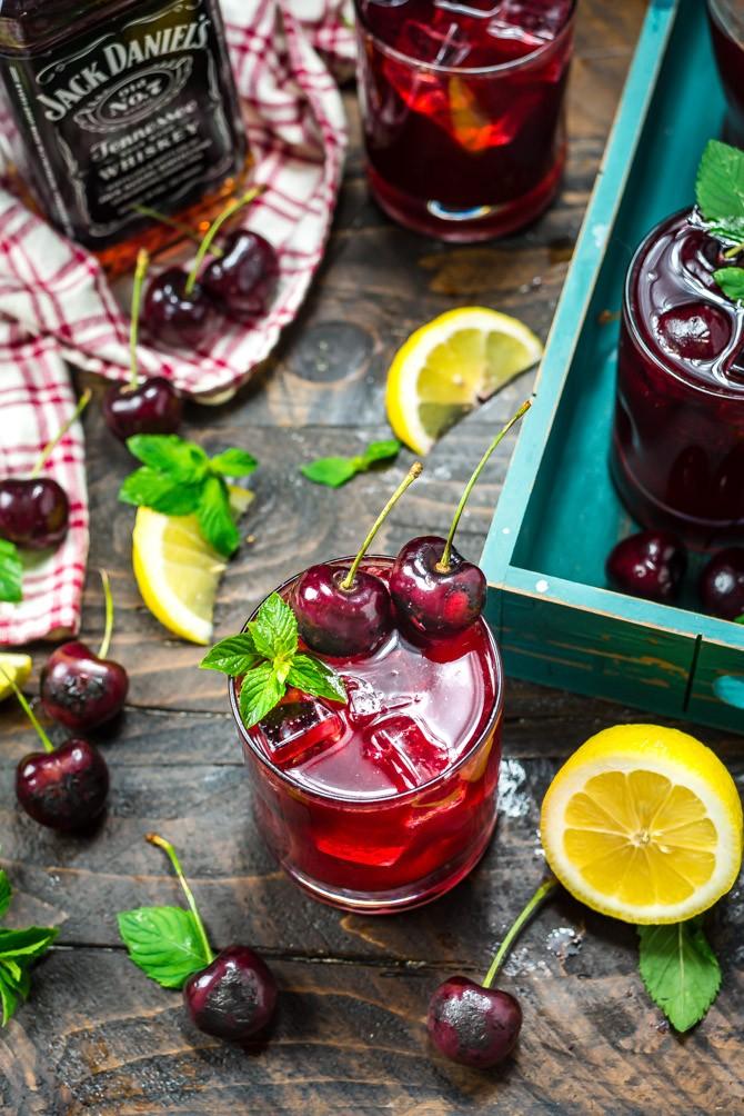Вишнёвая настойка-коктейль с виски