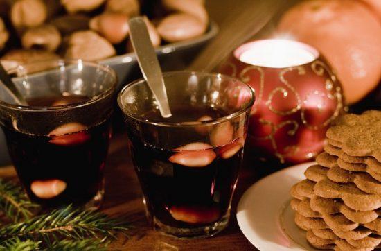 1 бутылка красного сухого вина; 100 г коричневого или белого сахара; 60 г изюма; 1-2 ч.л. молотой корицы, а лучше 1-2 палочки; цедра одного апельсина; 50 г очищенного толченого миндаля; 50-100 мл водки/коньяка/аквавита. Приготовление: Выльем вино в кастрюльку подходящего размера, добавим туда специи, изюм и цедру. Подогреем его до 60-70 °C, добавим сахара, хорошо перемешаем до полного его растворения. Дадим глёгу потомиться на огне минут 20-30, а затем оставим его в покое на 30-60 минут, чтобы напиток настоялся. Перед подачей на стол мы его подогреем до нужно температуры и добавим рюмку-две крепкого алкоголя. Скандинавский глинтвейн готов.