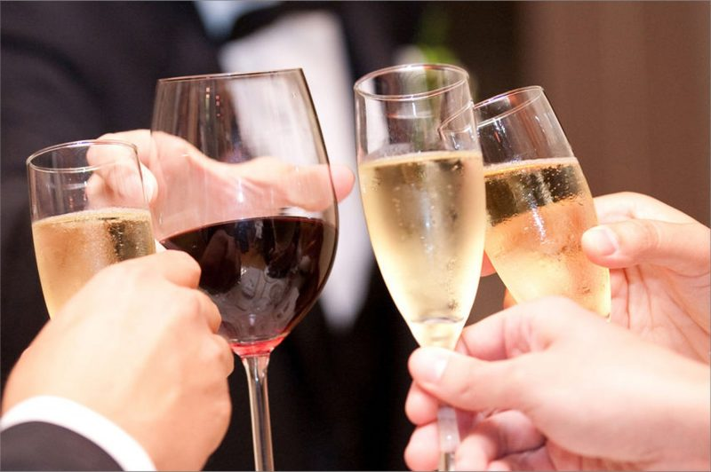 Алкоголь на свадьбу: что брать и сколько